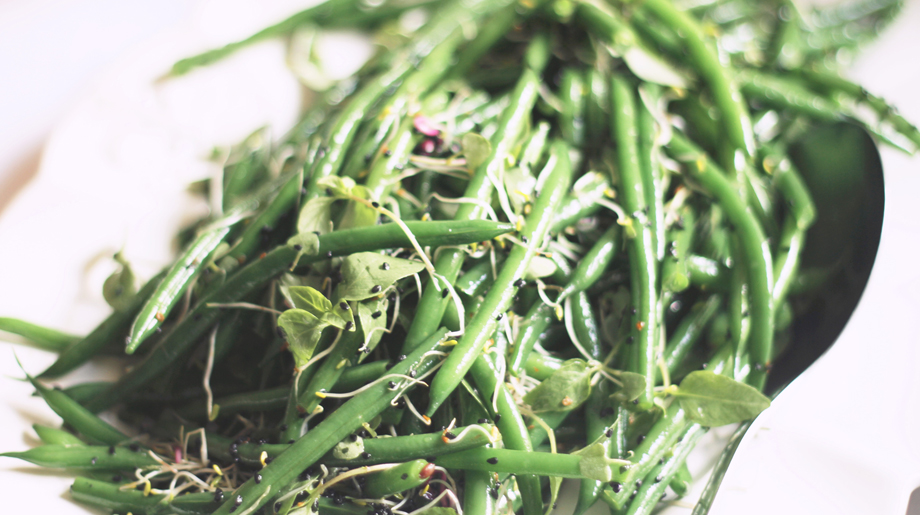 Green bean and alfalfa sprout salad with nigella and mustard seeds dressing